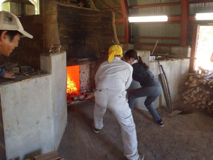 白炭塾:窯入口の土壁崩し