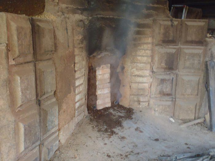 白炭塾:窯の入口を塞ぐ
