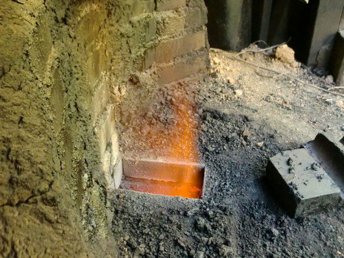 白炭塾:窯後ろの通気孔開き