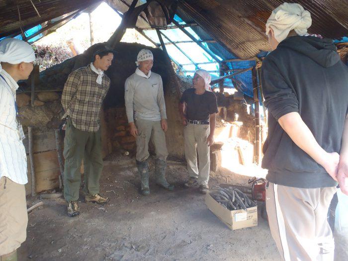 白炭塾:山の中にある白炭窯の見学
