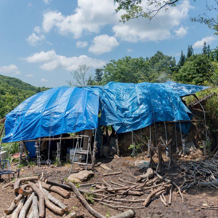 山の炭小屋